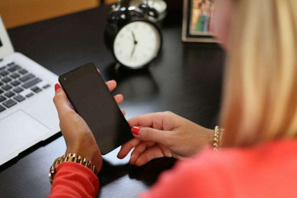 photo of woman on smart phone by Charlz Gutierrez de Pineres on Unsplash